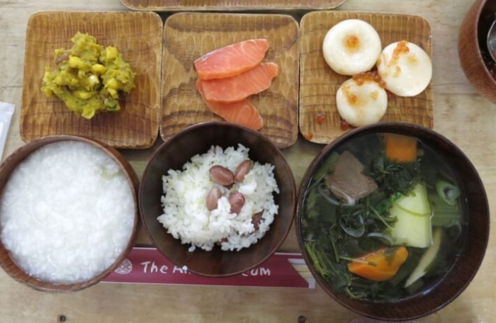 người Ainu thường chế biến các món ăn nóng để giữ ấm cơ thể