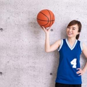 cô gái chơi bóng rổ