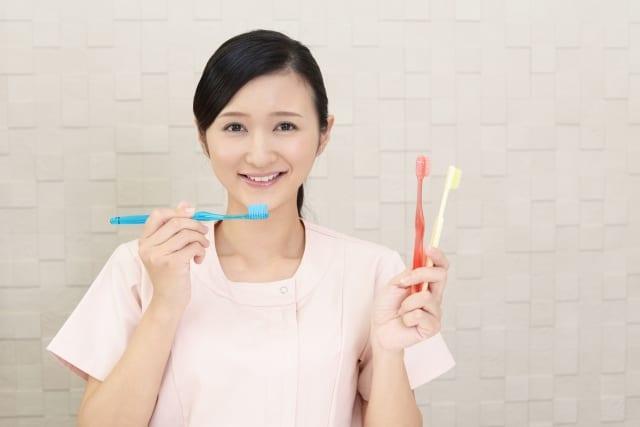 cô gái cầm bàn chải đánh răng