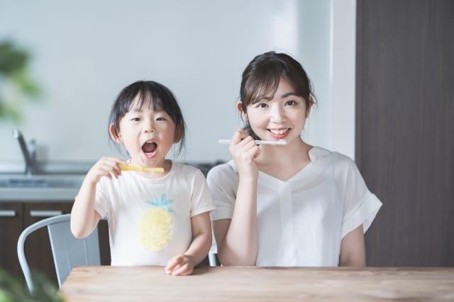 mẹ và bé đánh răng