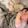 trẻ em mút ngón tay