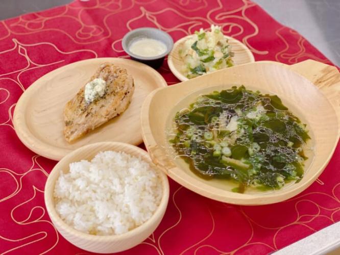 Bàn ăn với súp Ohau và món trộn