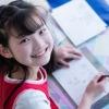 bé gái ngồi học
