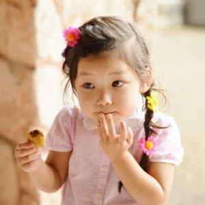 bé gái ăn bánh
